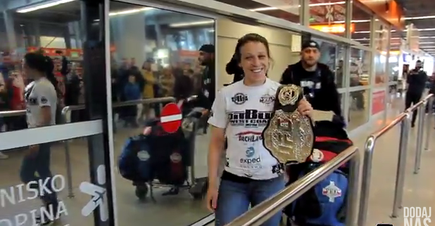 Joanna Jedrzejczyk receives warm homecoming after winning UFC title – VIDEO