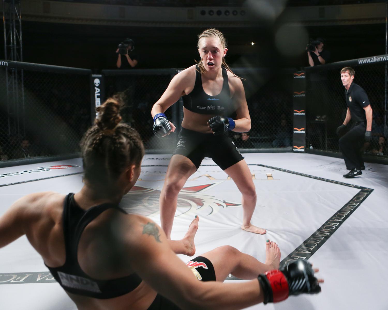 Leah Letson knocks out Elizabeth Phillips via head kick - Invicta FC 21