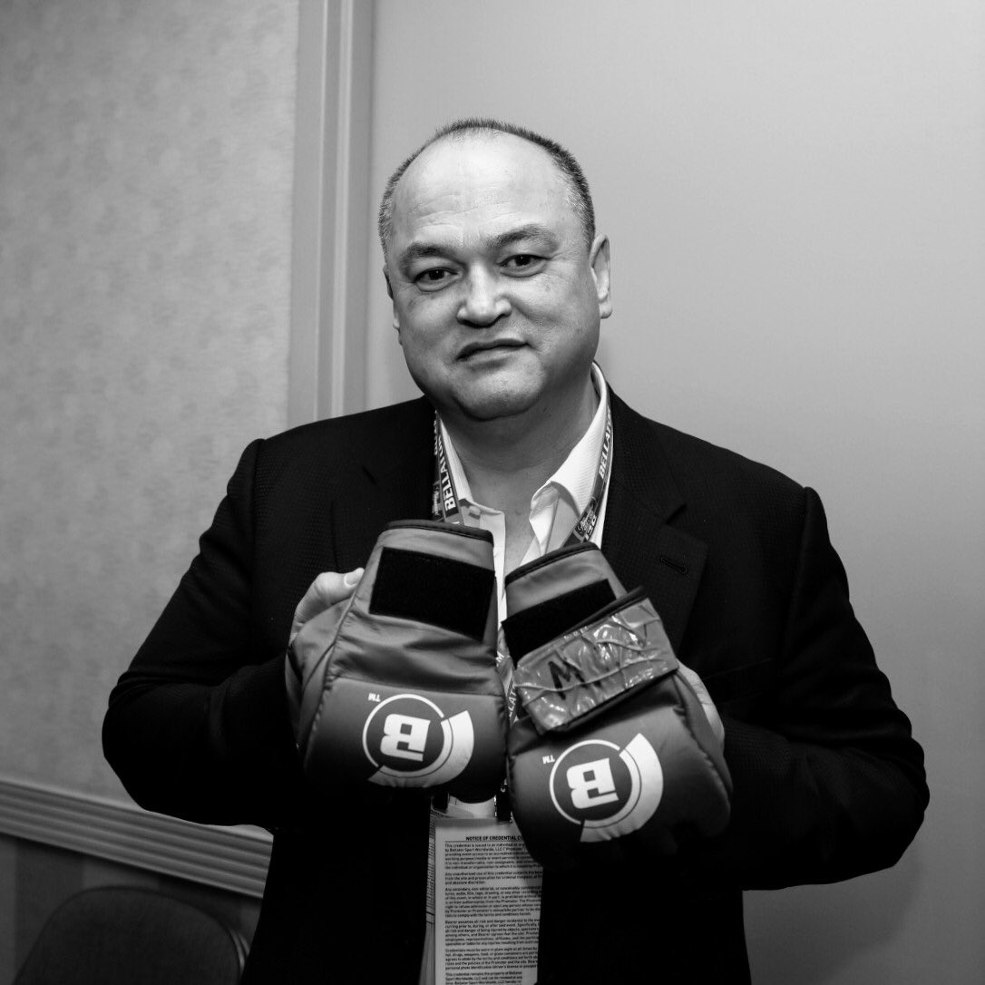 Fedor gifts Scott Coker winning gloves of Bellator 198