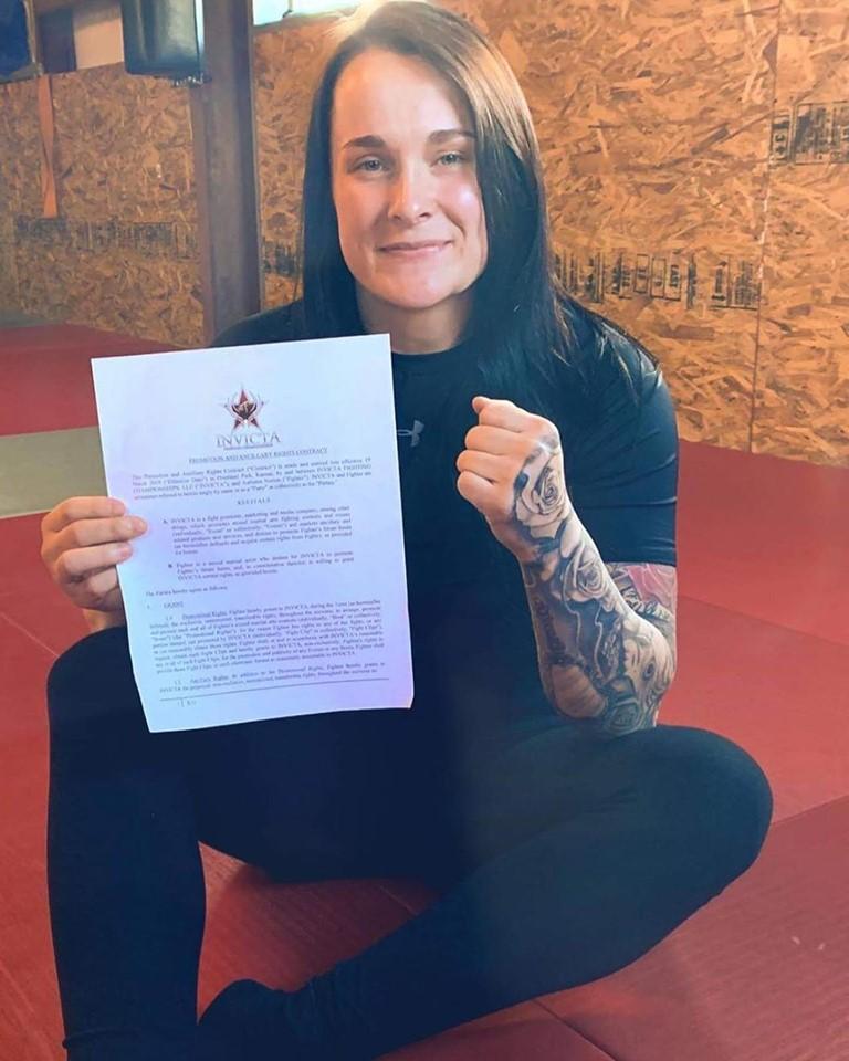 Auttumn Norton signs her Invicta FC contract
