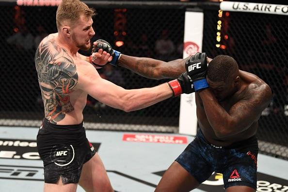 Alexander Volkov crumbles Walt Harris with body kick KO